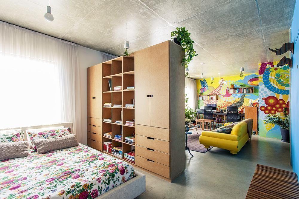 decoracao-quarto-de-casal-guarda-roupa-de-madeira-como-divisoria-de-quarto-d-casaaberta-21526-square_cover_xlarge